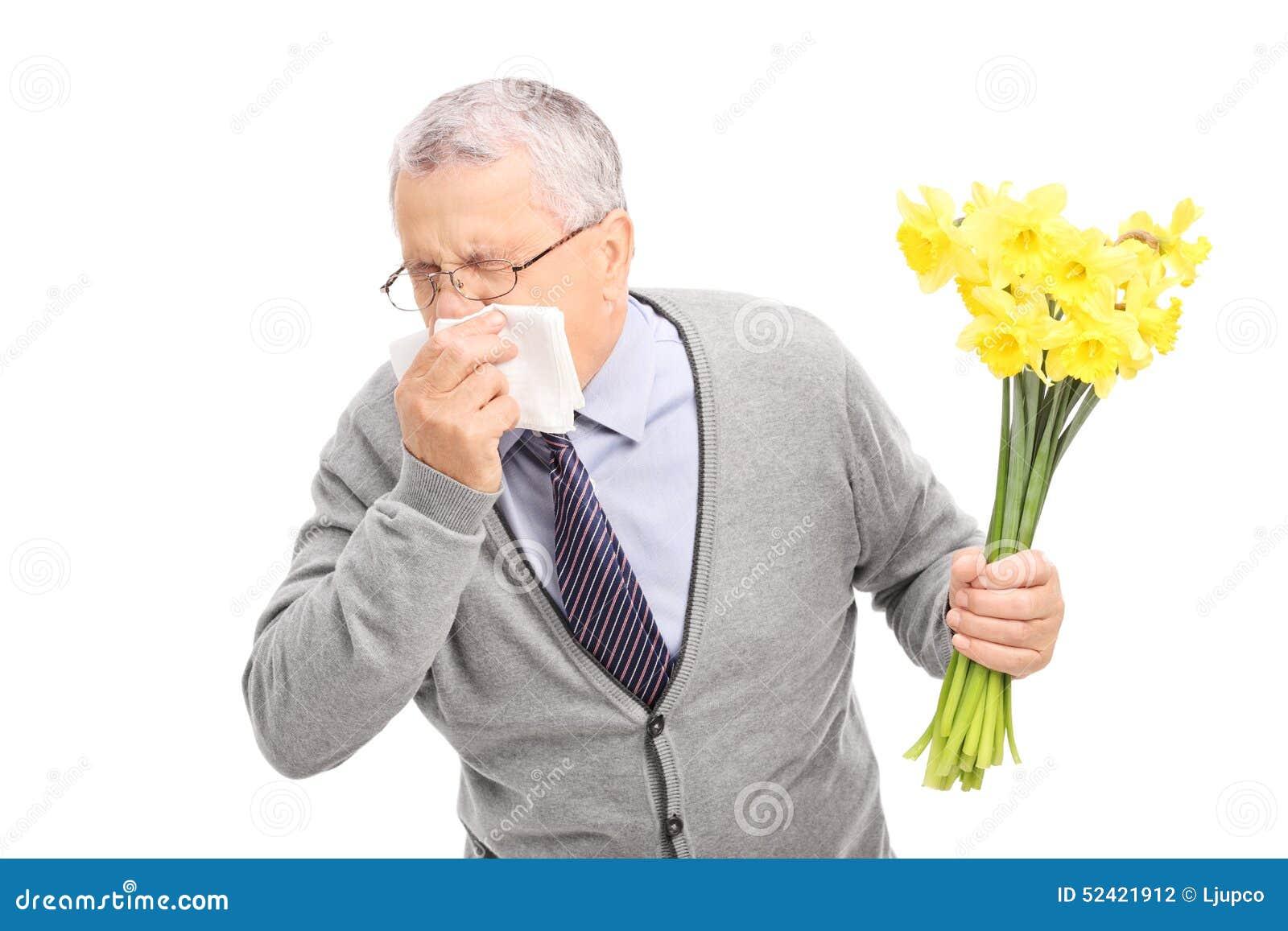 有过敏反应对花和打喷嚏在餐巾的前辈的演播室射击隔绝在白色背景.