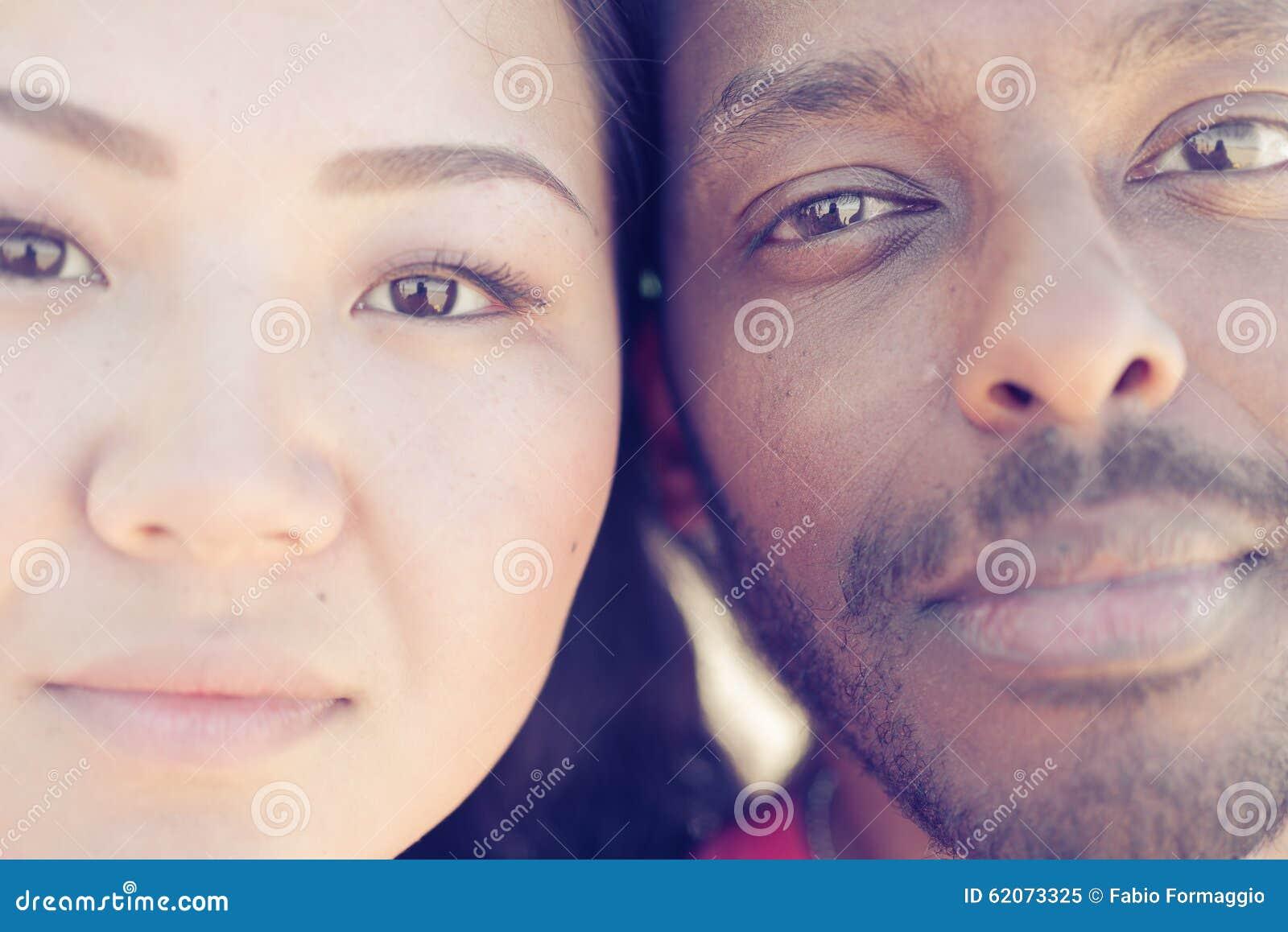 亚裔女孩和黑人画象 关于夫妇和变化的概念.