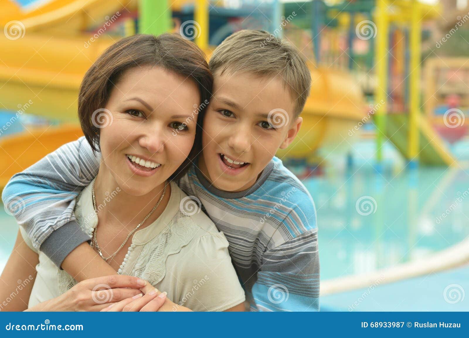 外国母亲与儿子性交图片_愉快的母亲和儿子度假村的在水池附近.