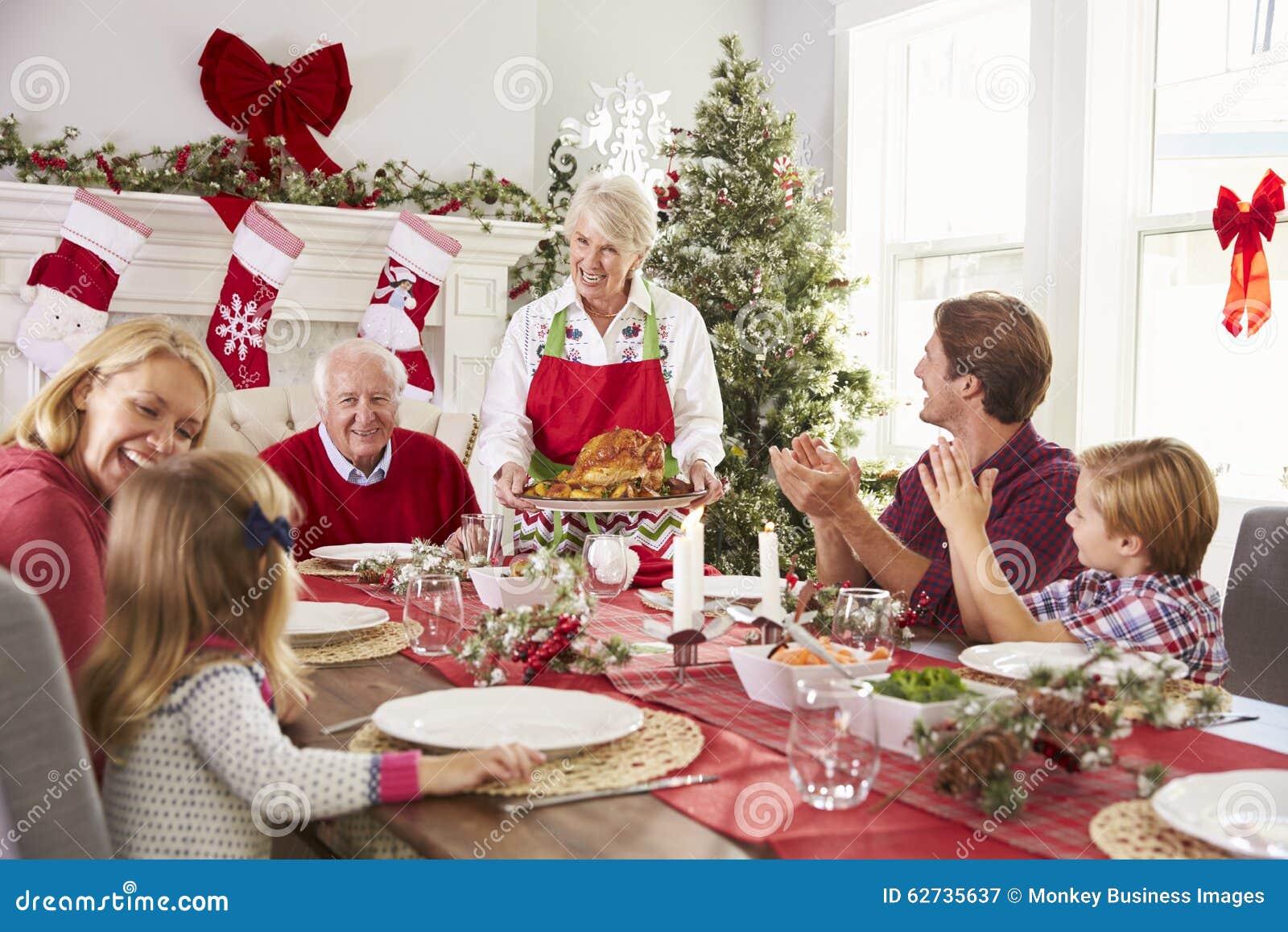 Pasti Di Natale.Nonna Che Mette In Evidenza La Turchia Al Pasto Di Natale