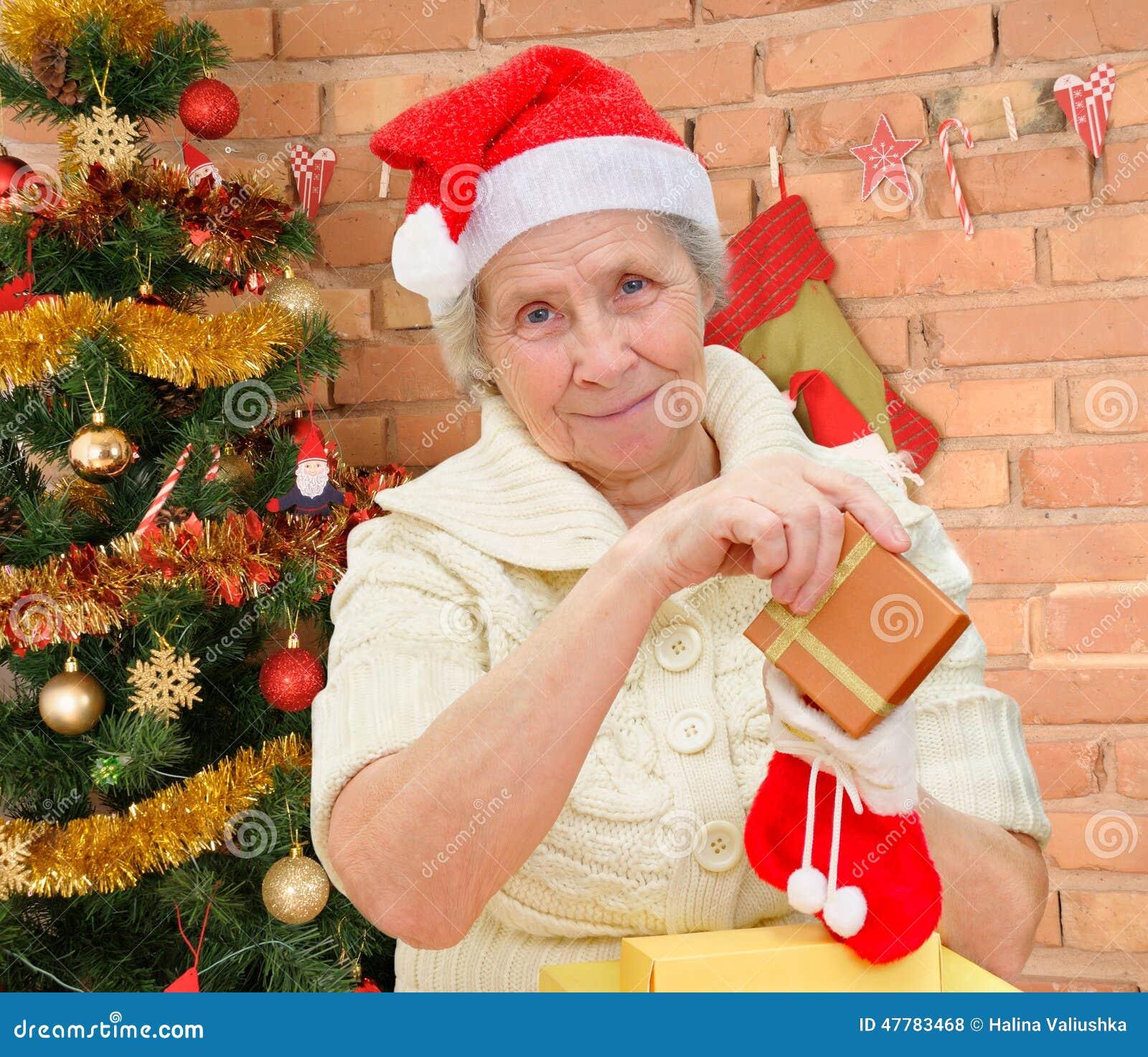 Regali Di Natale Per La Nonna.Nonna Con I Regali Di Natale Fotografia Stock Immagine Di Dare