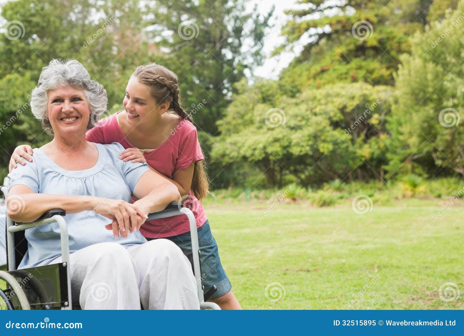 Nonna D 39 Abbraccio Della Nipote In Sedia A Rotelle