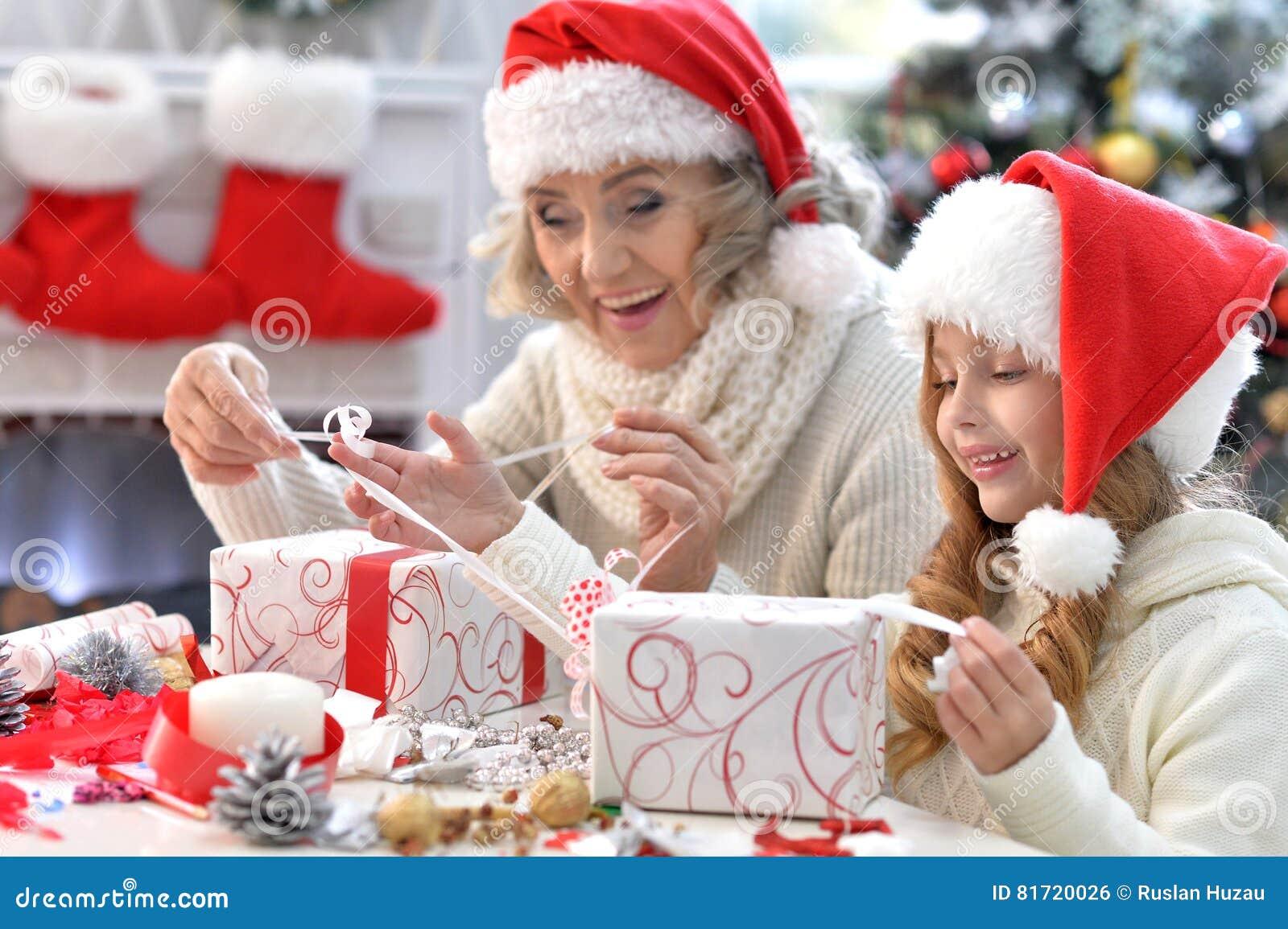 Regali Di Natale Per Le Nonne.Nonna E Bambino Con I Regali Fotografia Stock Immagine Di Ragazza