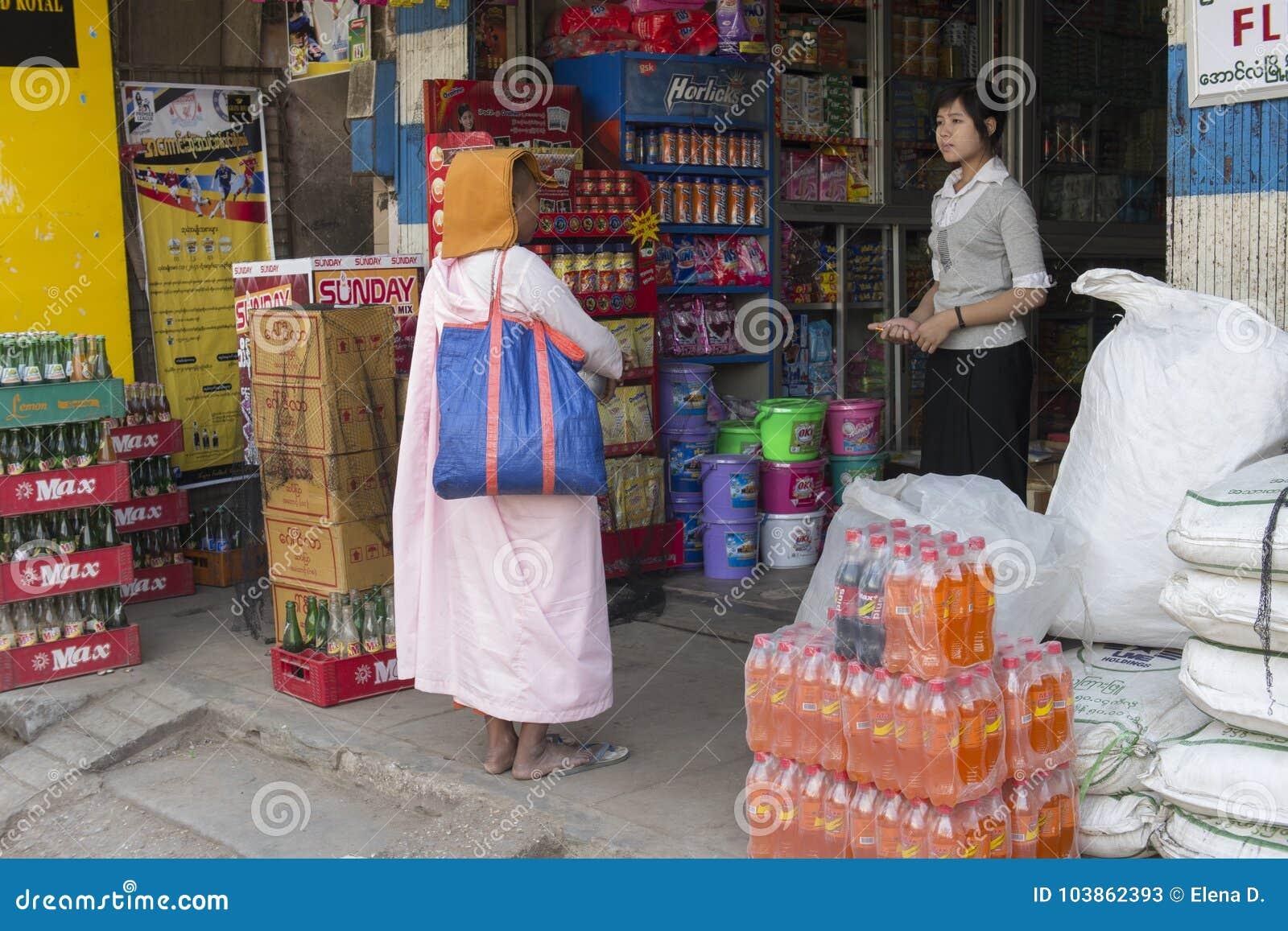 Nonne birmanne rassemblant l aumône de matin