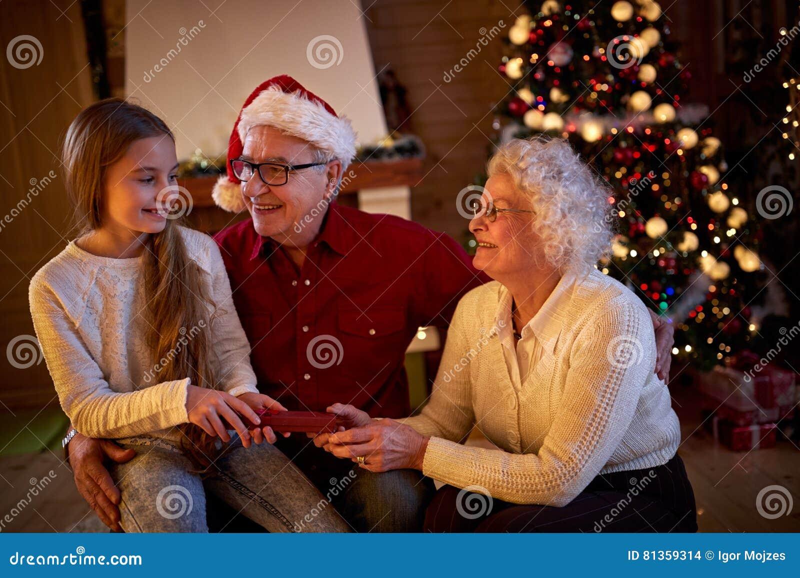 Regali Di Natale Per I Nonni.Nonni Che Danno La Nipote Dei Regali Alla Notte Di Natale