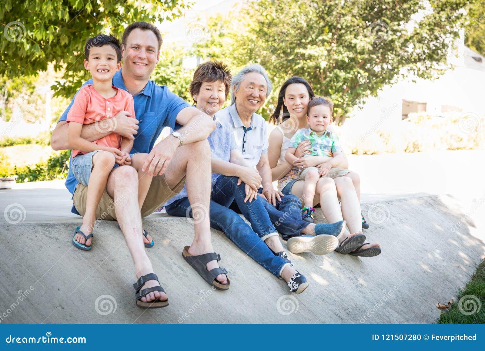 Nonni cinesi, madre, padre caucasico e famiglia della corsa mista
