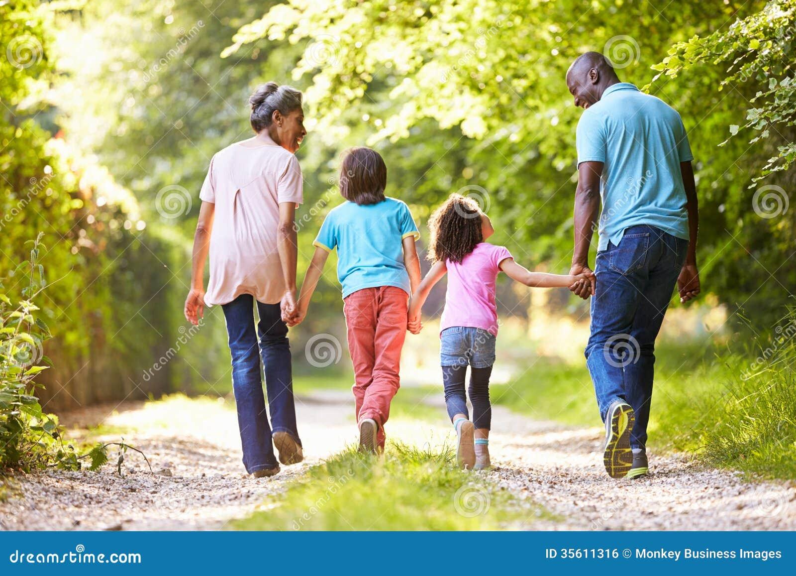 Nonni con i nipoti che camminano attraverso la campagna