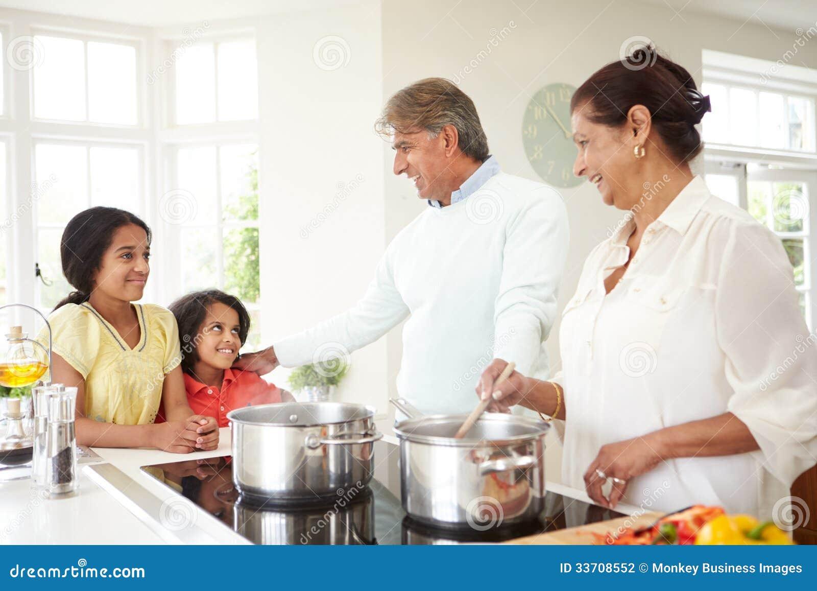 Nonni e nipoti che cucinano pasto a casa fotografia stock - Bambine che cucinano ...