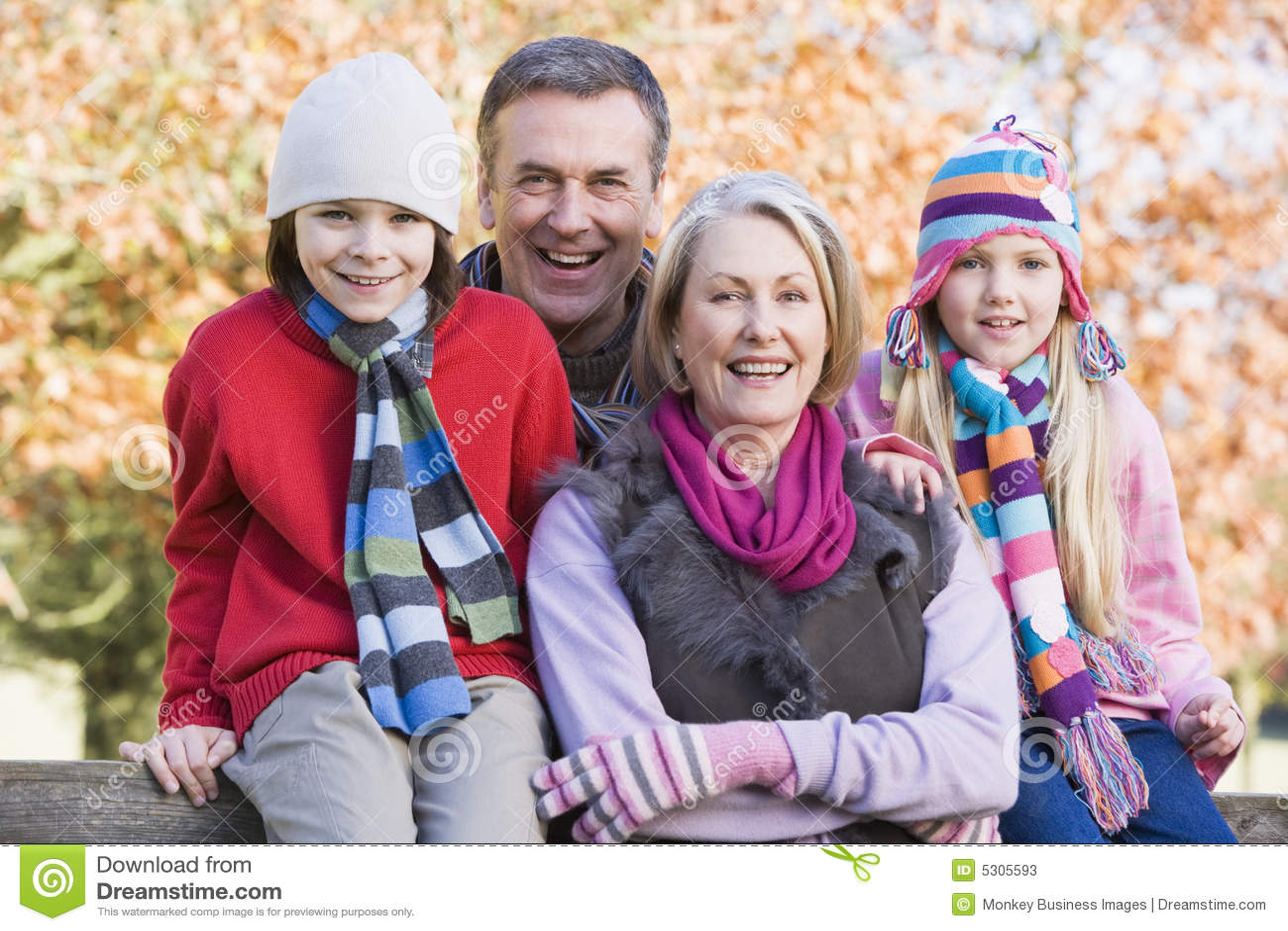 Download Nonni E Nipoti Sulla Camminata Immagine Stock - Immagine di freddo, grandchildren: 5305593