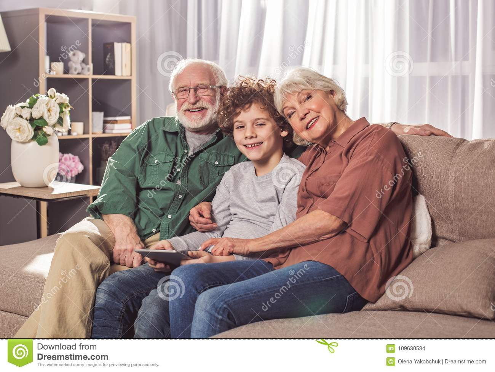 Nonno allegro e nonna con il nipote