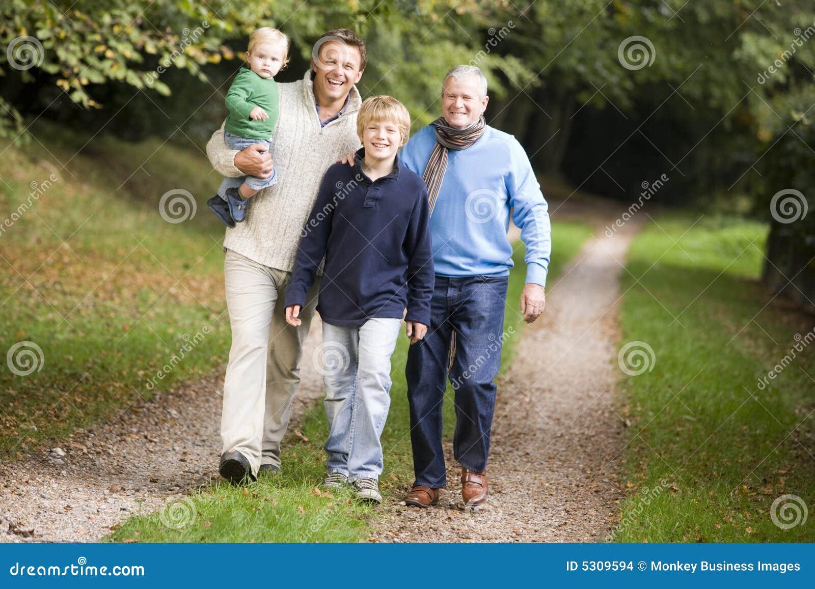 Download Nonno Che Cammina Con Il Figlio Ed Il Nipote Fotografia Stock - Immagine di generazioni, generazione: 5309594