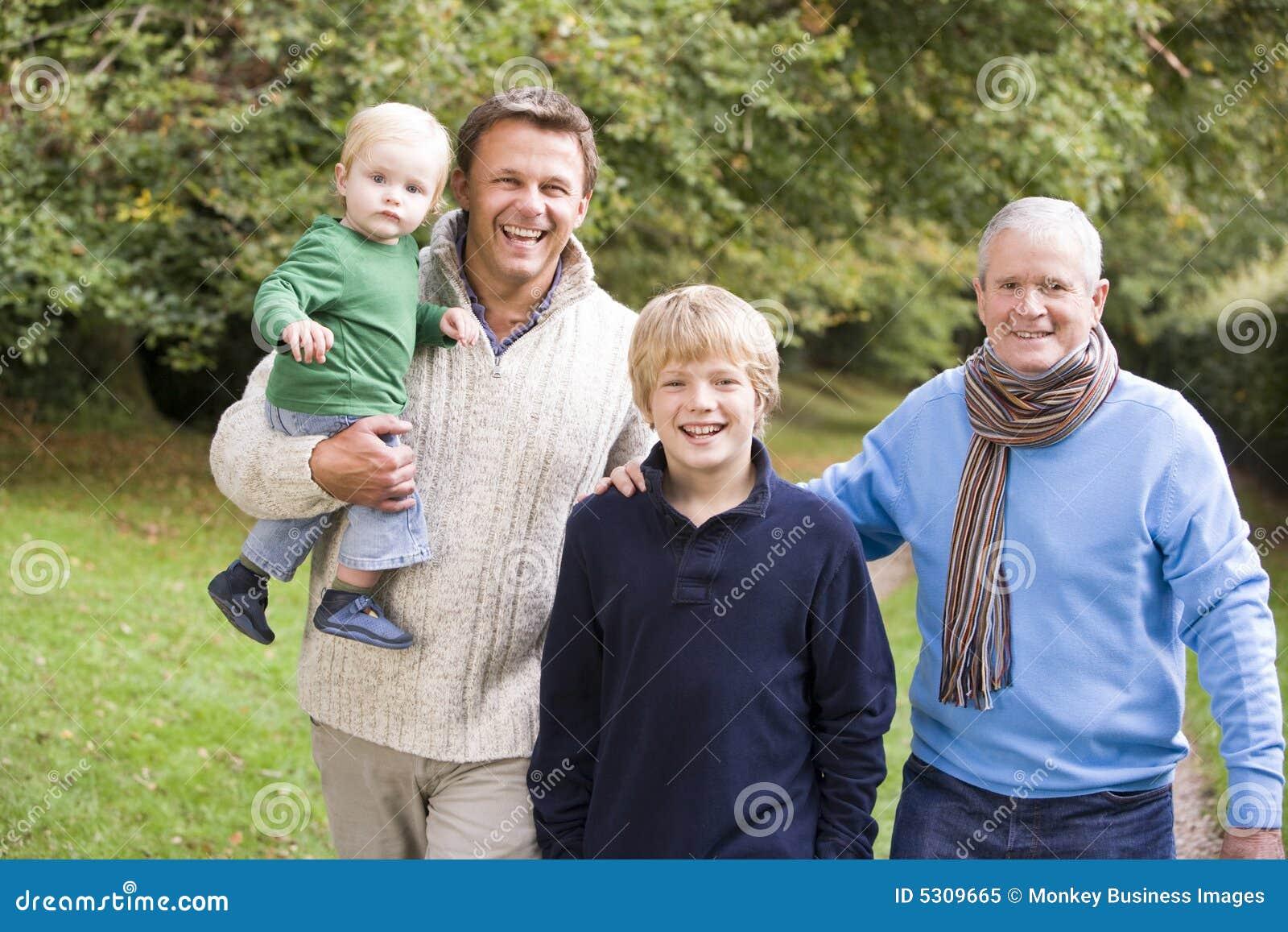 Download Nonno Che Cammina Con Il Padre Ed Il Nipote Immagine Stock - Immagine di famiglia, campagna: 5309665