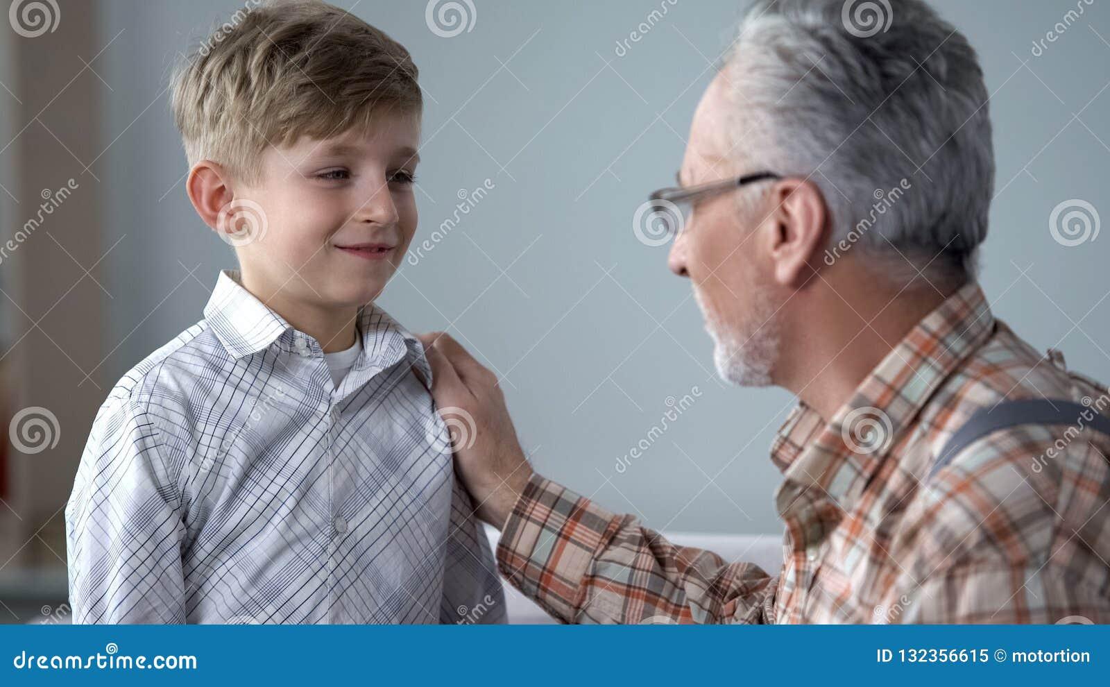 Nonno che esprime parere al ragazzo, più giovane generazione d istruzione, condividente esperienza