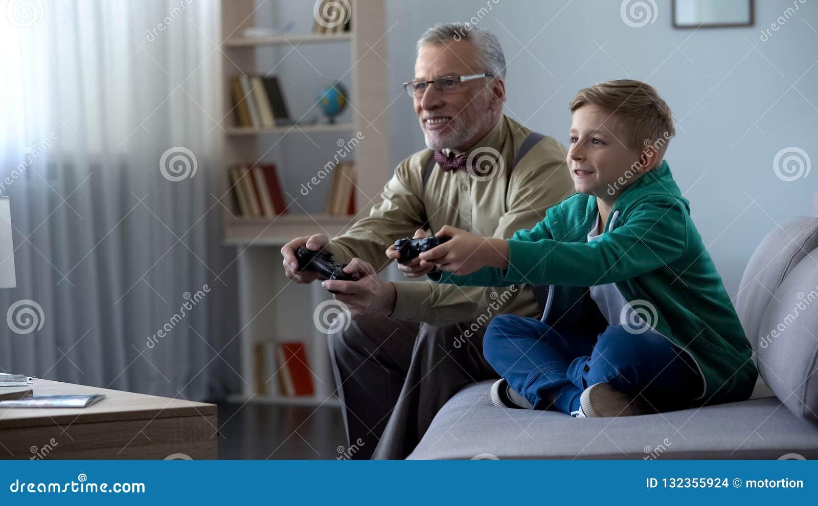 Nonno e nipote che giocano insieme video gioco con la console, tempo felice