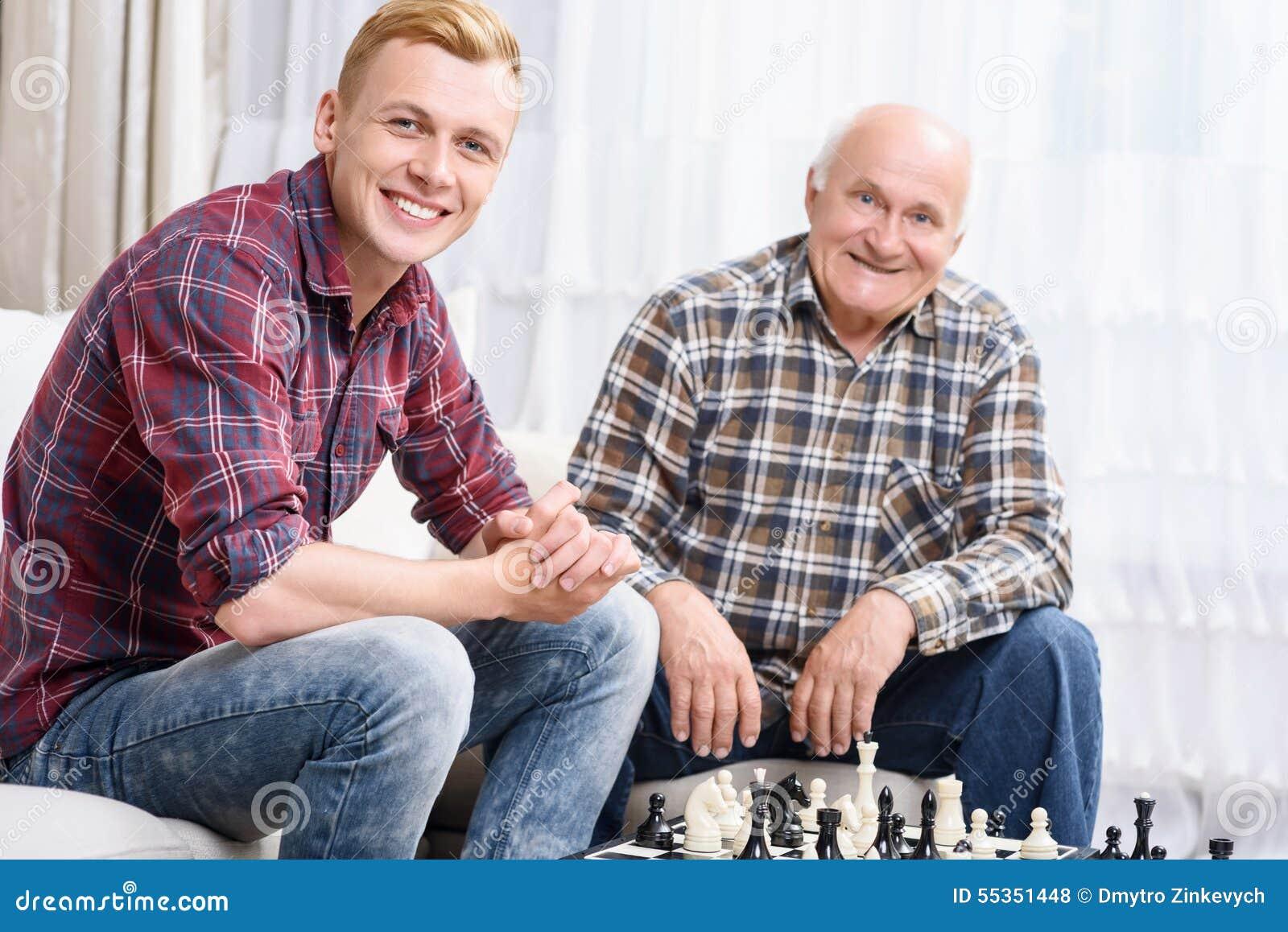 Nonno e nipote che giocano scacchi