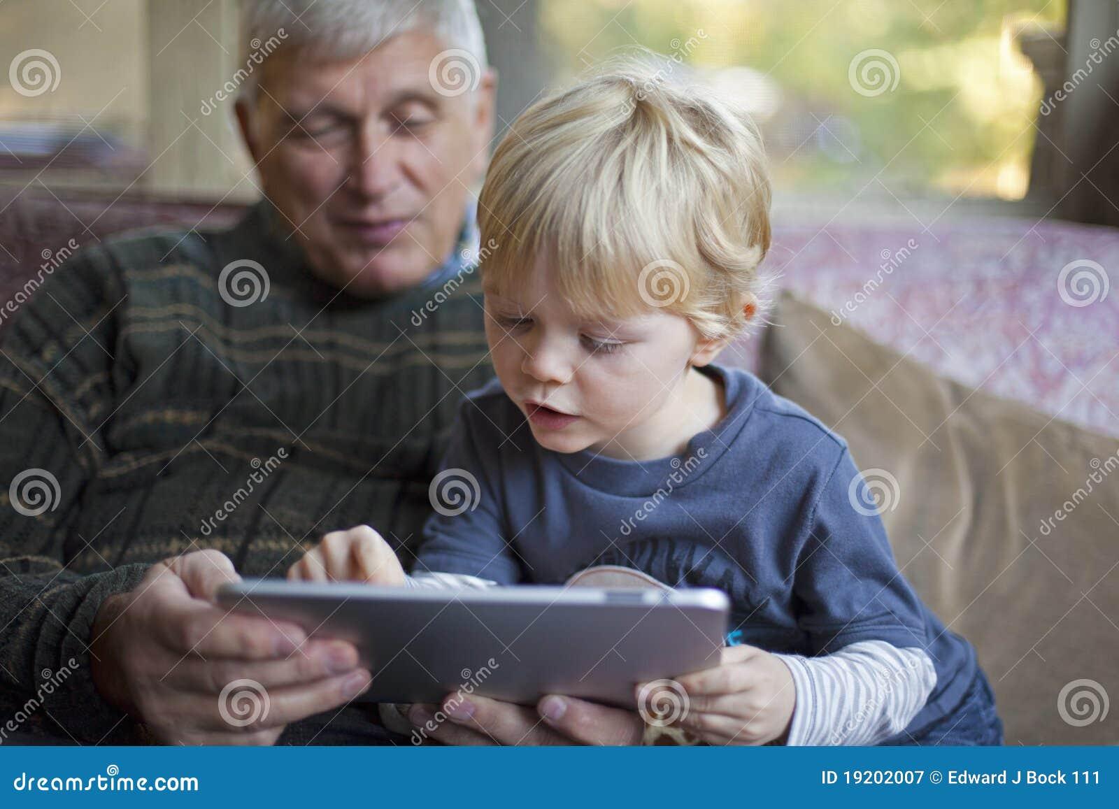 Nonno e nipote che per mezzo del PC del ridurre in pani