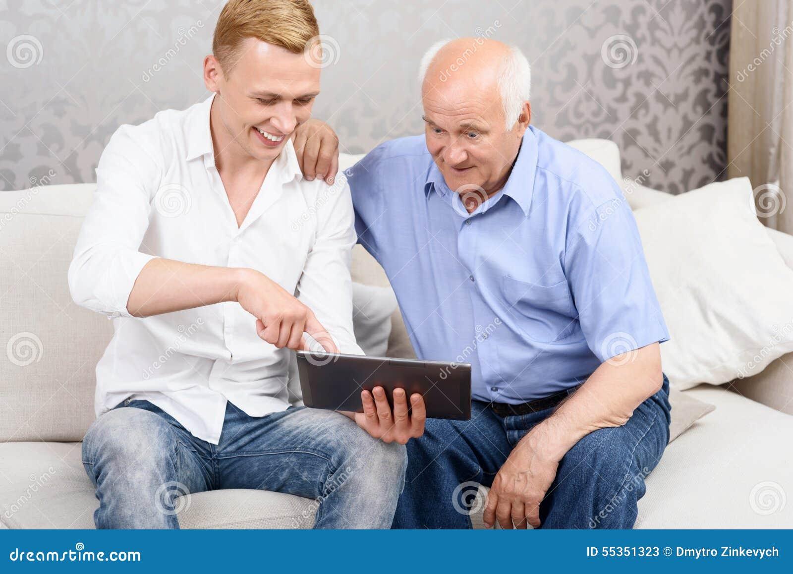Nonno e nipote che per mezzo insieme della compressa