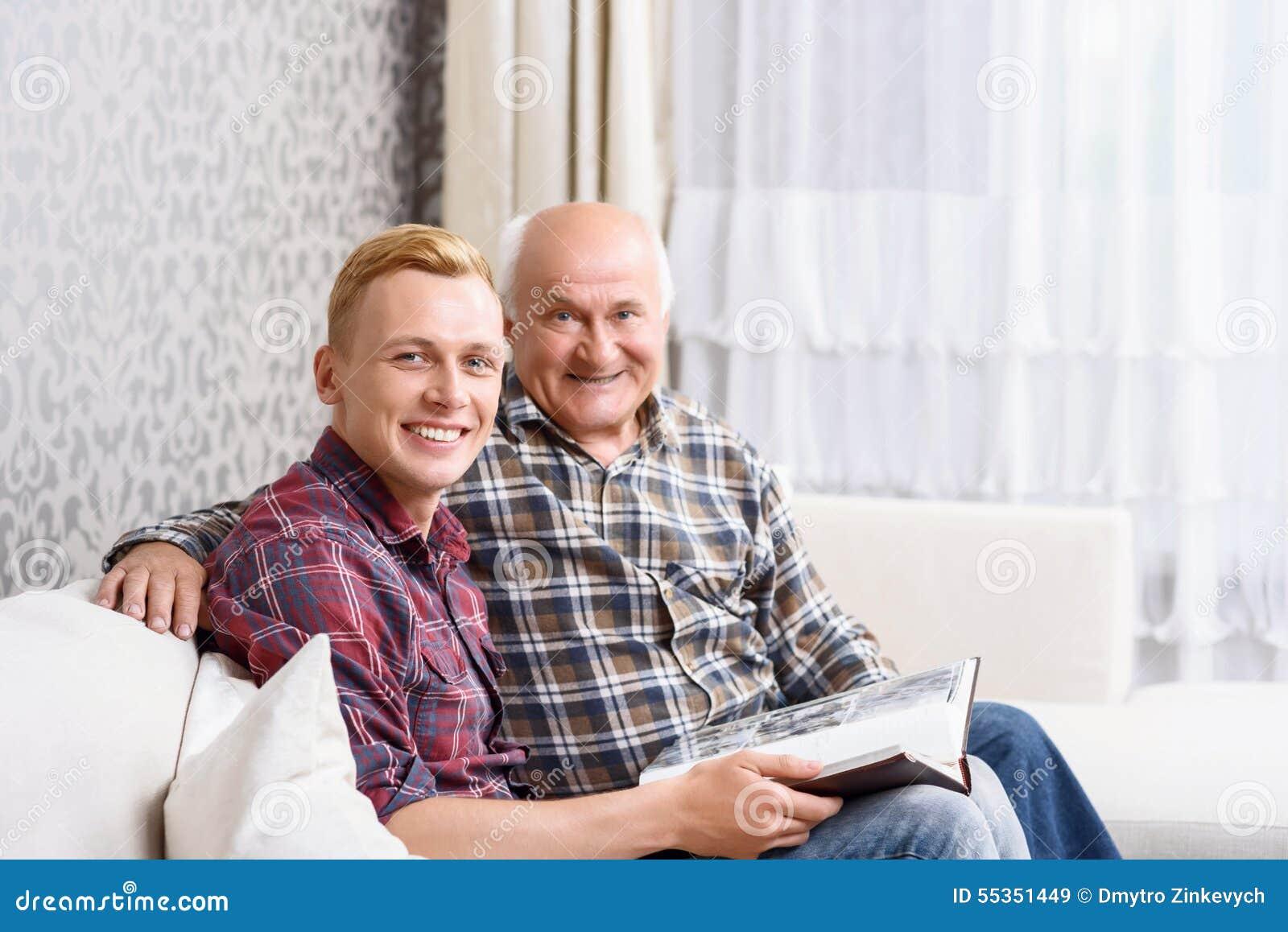 Nonno e nipote che si siedono con l album