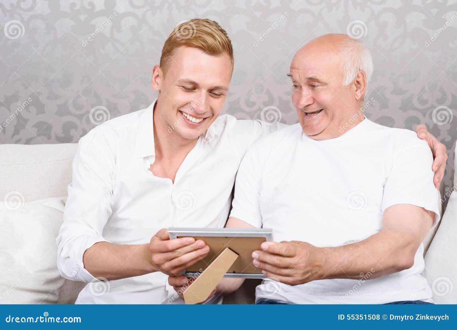 Nonno e nipote con la foto nel telaio
