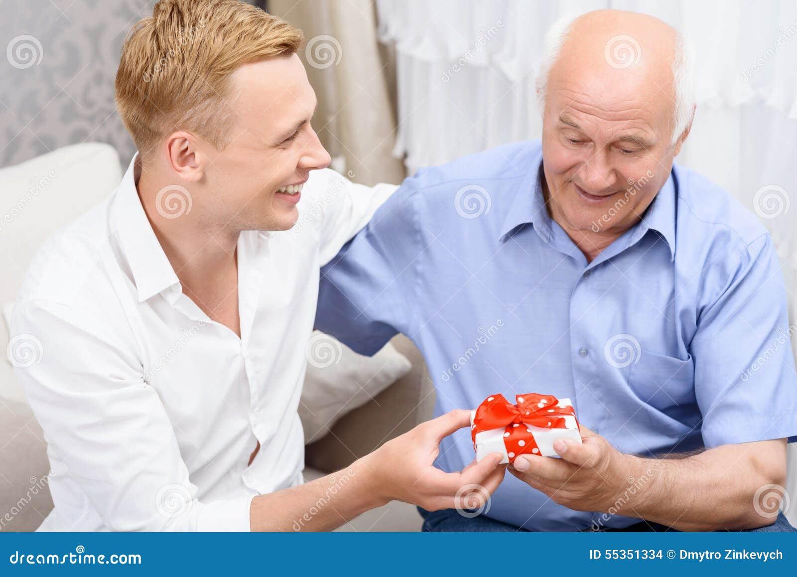 Nonno e nipote con poco presente