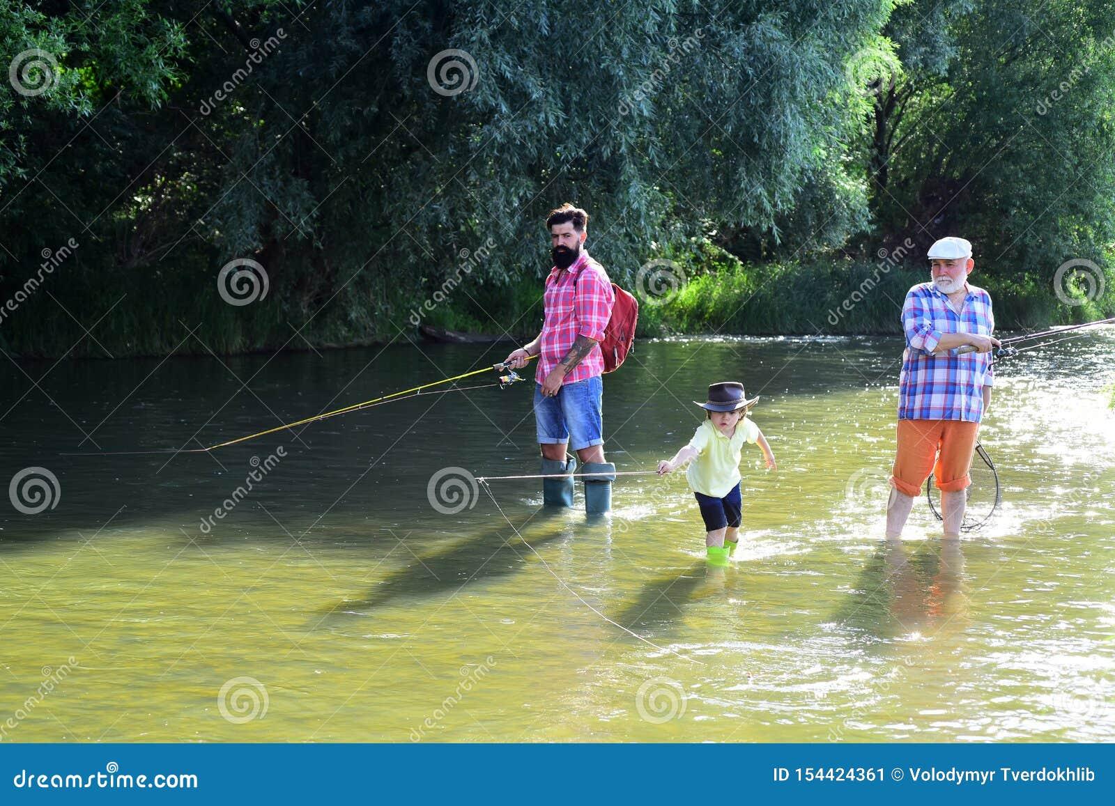 Nonno, padre e nipote felici con le canne da pesca sull ancoraggio del fiume Pesca di mosca in acque calme Ragazzino su un lago c