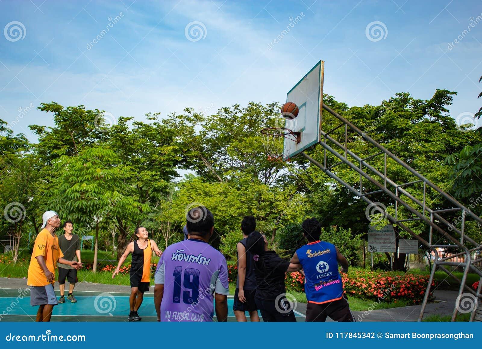 Nonthaburi在泰国,男人和妇女打在平均观测距离的篮球