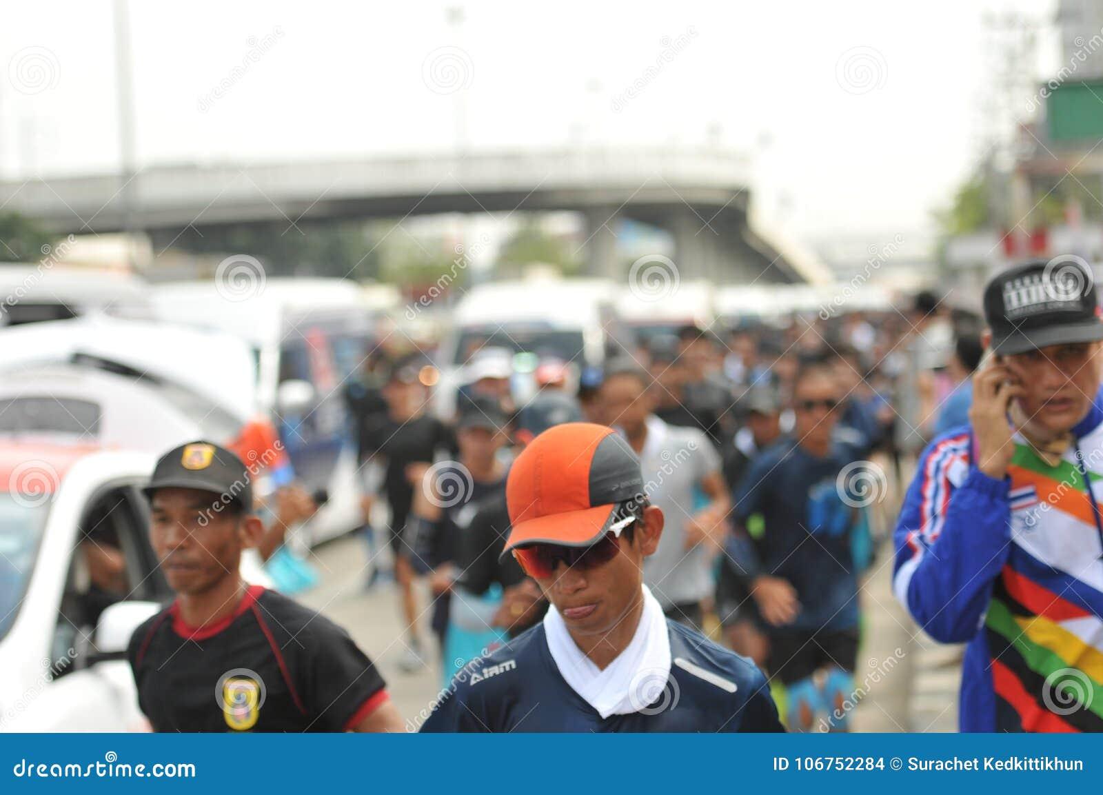 Nonthaburi - 6 de dezembro de 2017: Na maneira de tomadas tailandesas do ` de Toon Bodyslam do ` do balancim da celebridade em um