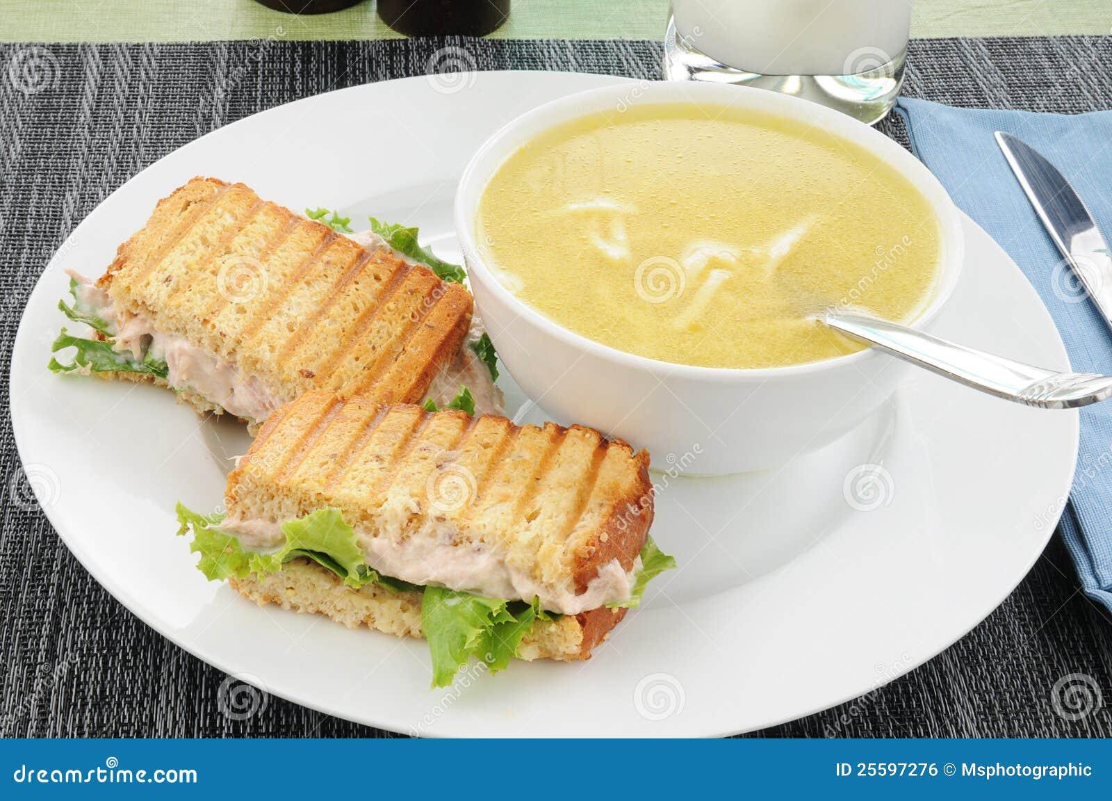Noodle κοτόπουλου τόνος σούπας σάντουιτς