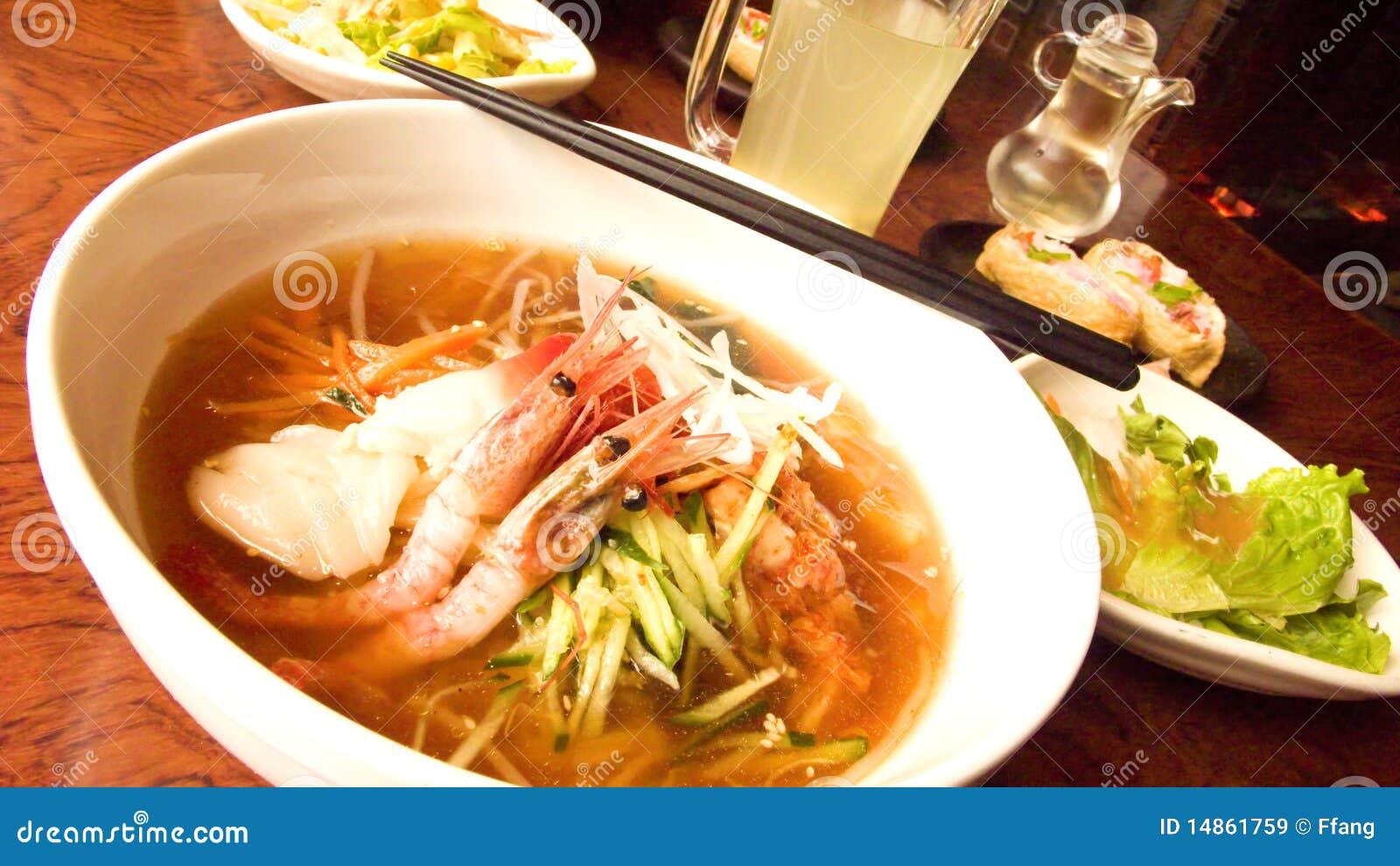 Noodle σούπα θαλασσινών