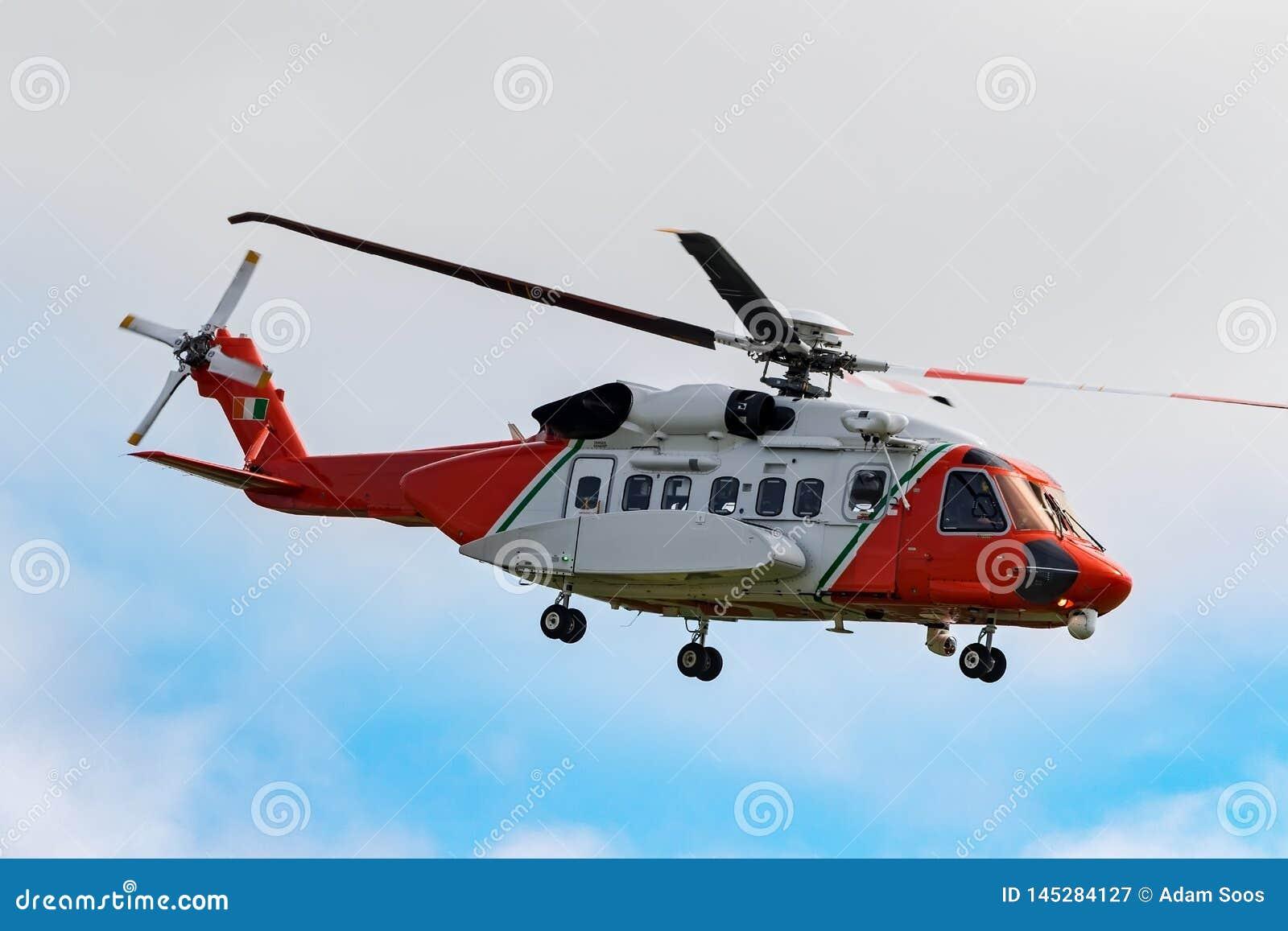 Noodsituatiehelikopter die over het overzees vliegen