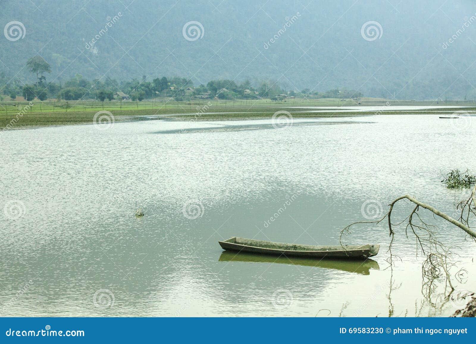 Noong łódź na jeziorze i jezioro