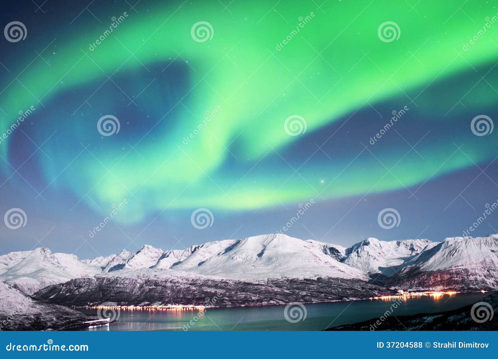 Noordelijke lichten boven fjorden in Noorwegen
