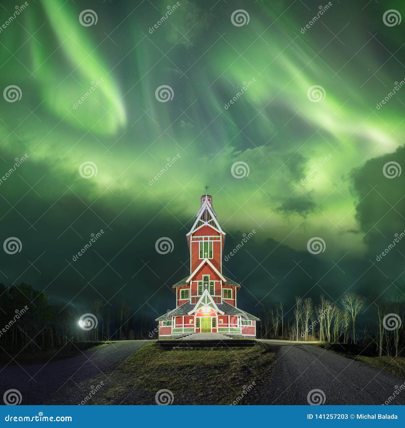 Noordelijke lichten in Lofoten-eilanden, Noorwegen Groen aurora borealis Sterrige hemel met polaire lichten Het landschap van de