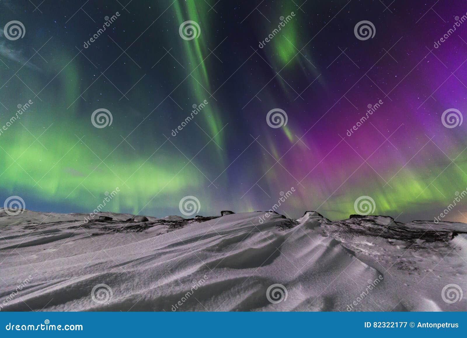 Noordelijke Lichten op de kust van de Noordpooloceaan