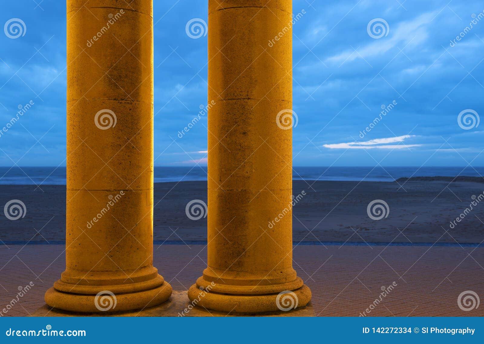 Noordzeestrand van Oostende met kolommen, België