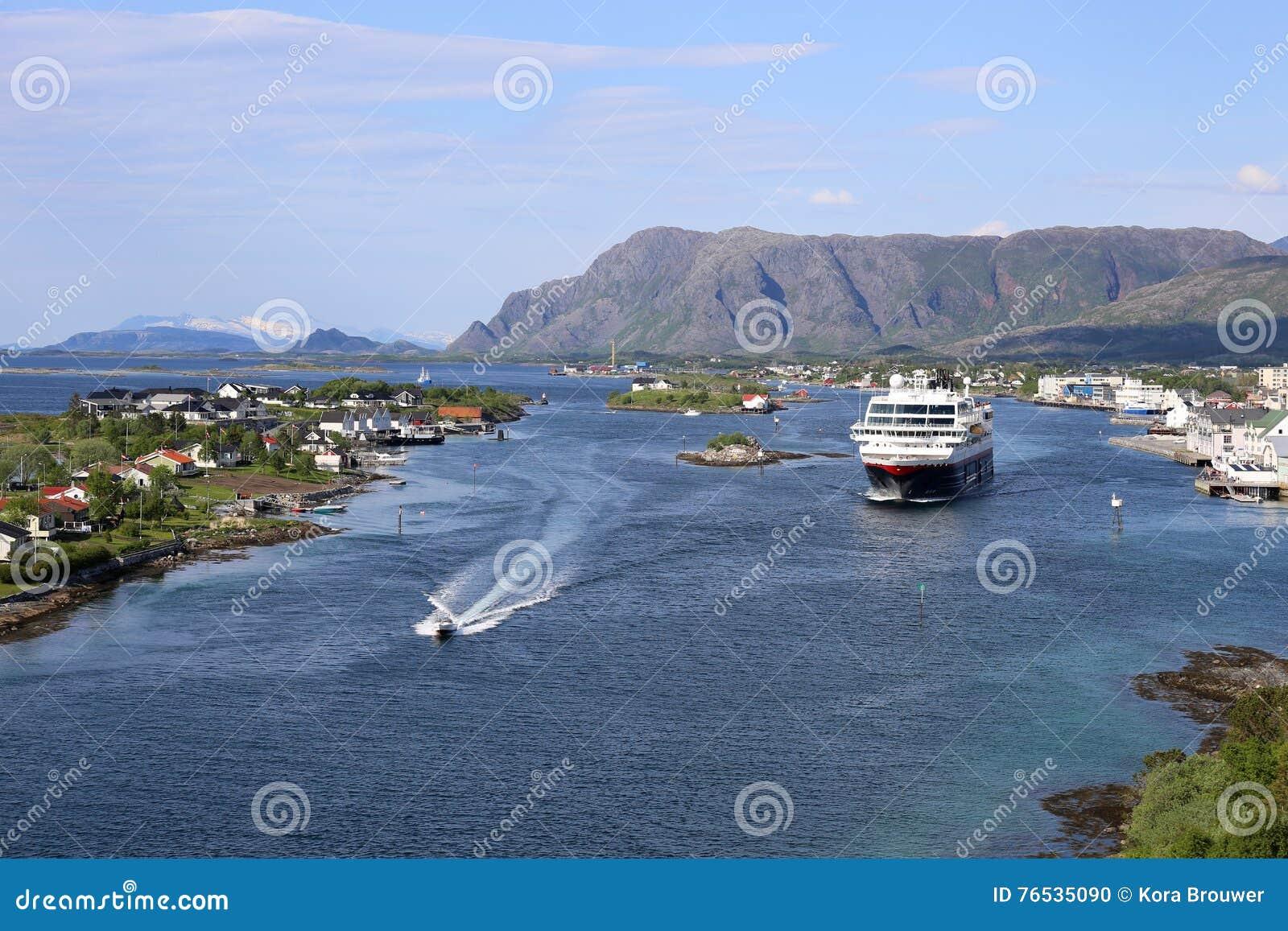 Noorse kuststoomboot die haven van Bronnoysund verlaten