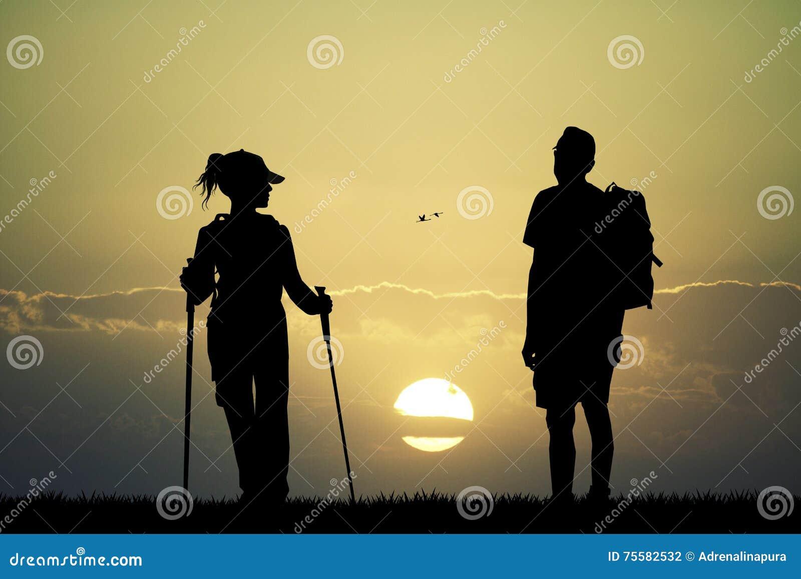 Nordic que camina en la puesta del sol
