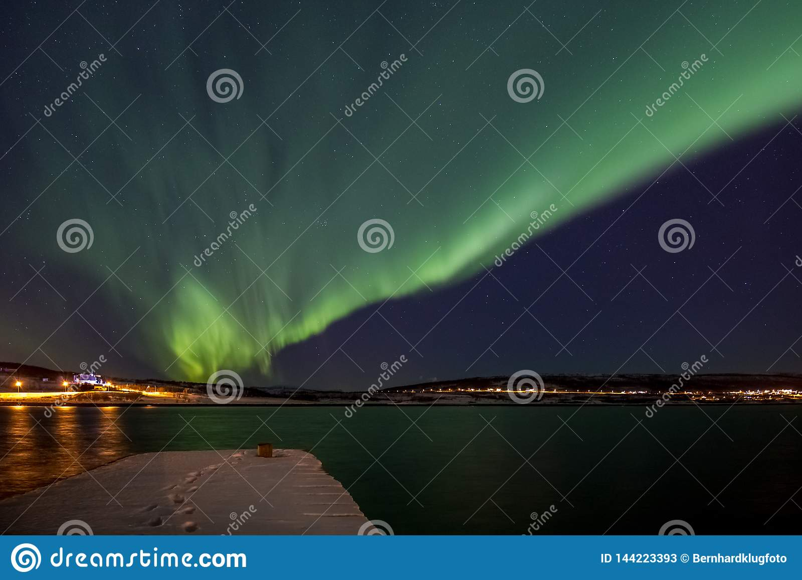 Nordlichter über einem Fjord in Norwegen