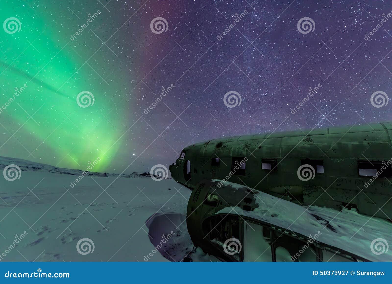 Nordliga ljus över den plana haveriet på haveriet sätter på land i Vik, Island
