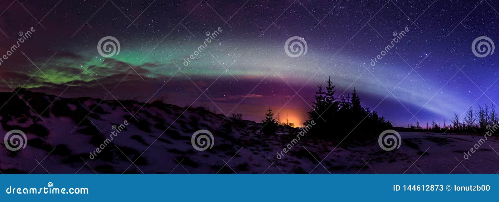 Nordliga ljus Aurora Borealis på soluppgång i Island