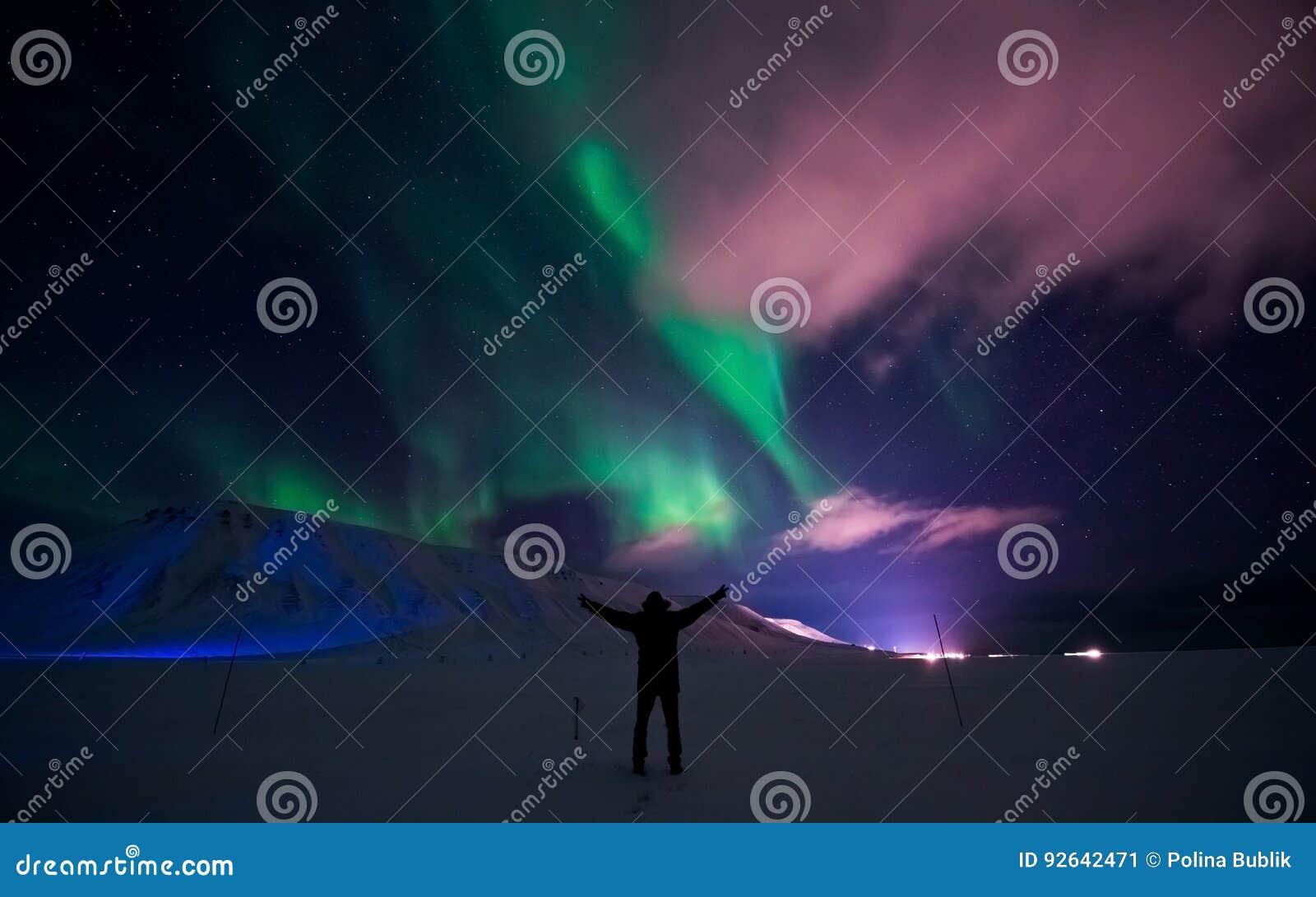 Nordliga ljus i berghuset av Svalbard, Longyearbyen stad, Spitsbergen, Norge tapet