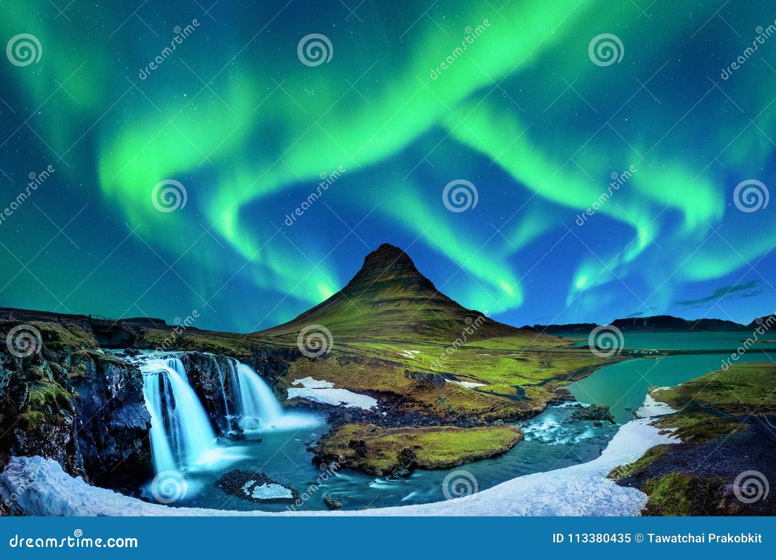 Nordligt ljus, norrsken på Kirkjufell i Island Kirkjufell berg i vinter