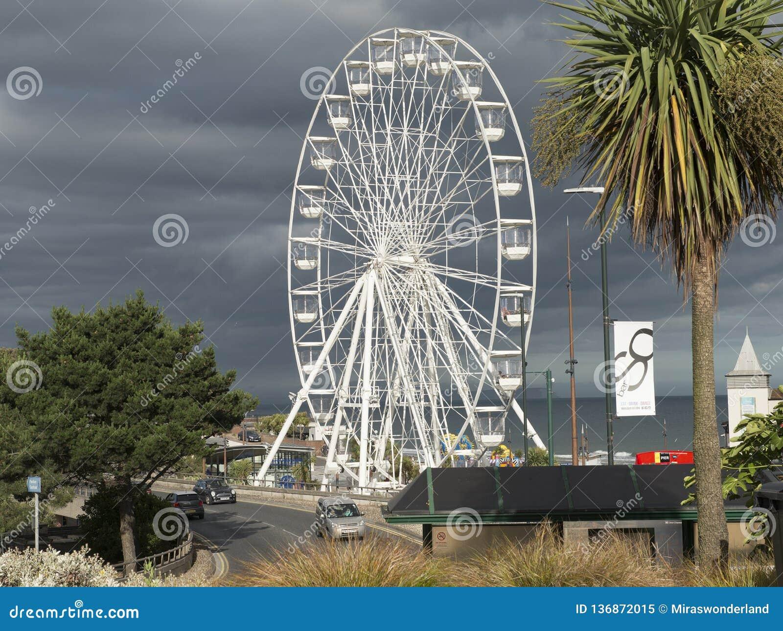 Noria grande en el embarcadero de Bournemouth un destino turístico grande y del populair