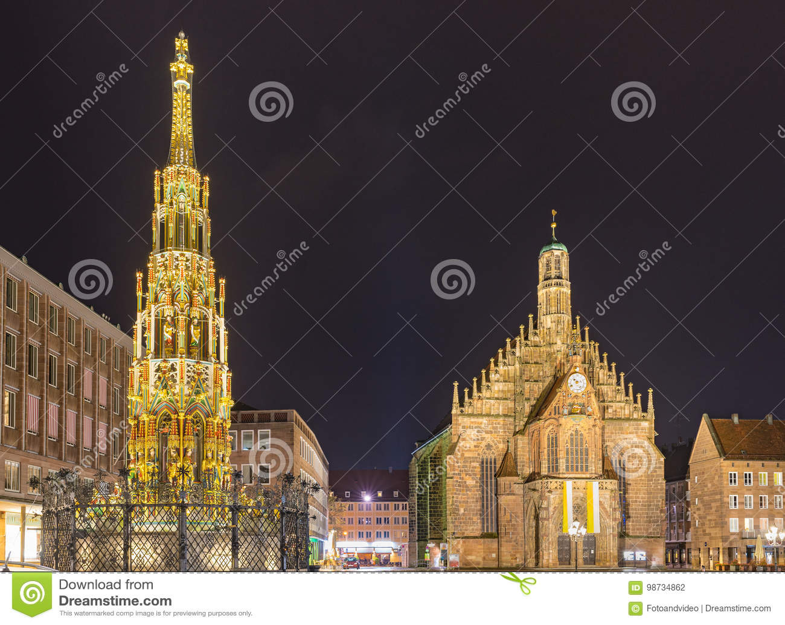 Norimberga Germania, bella fontana e chiesa Frauenkirche