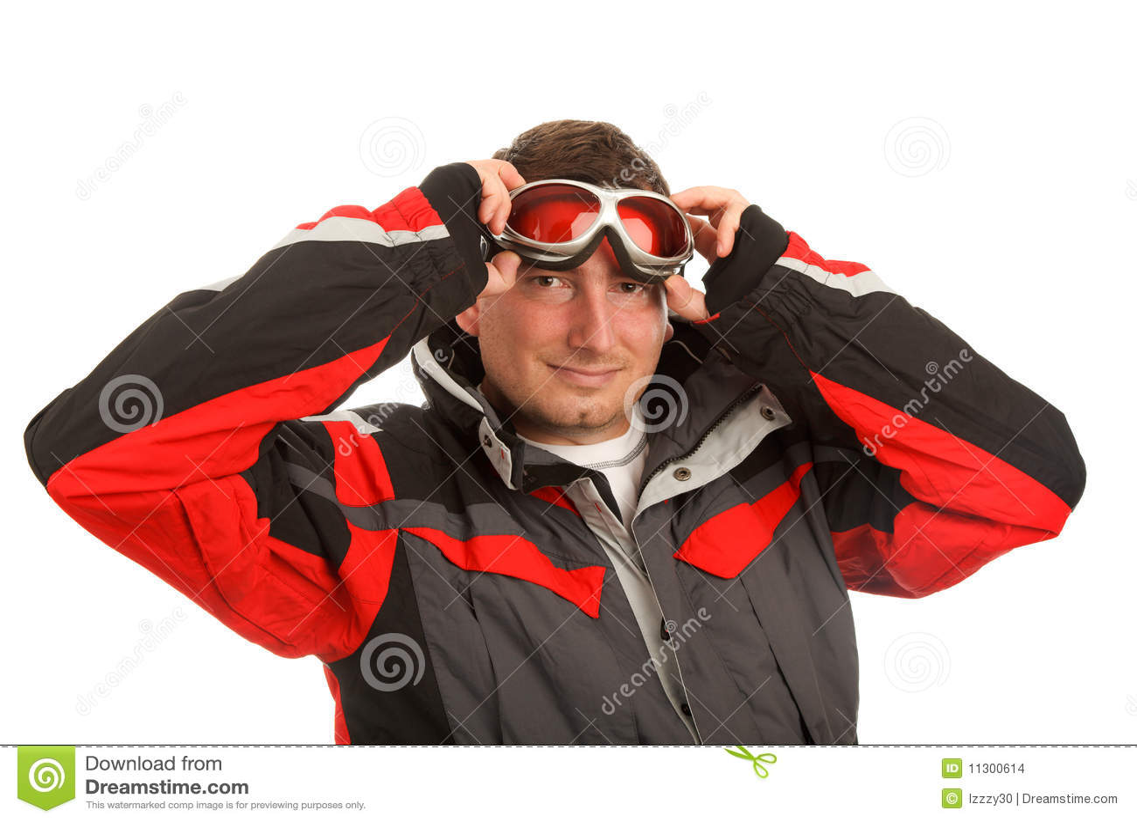 Normaler Mann in den Skischutzbrillen und in der Skijacke