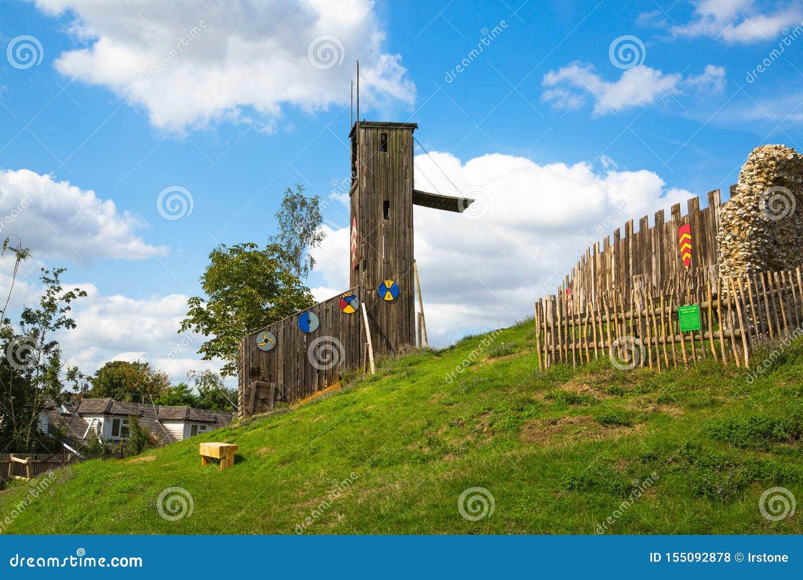 Norman kasteel, dorpswederopbouw, die terug naar 1050 wordt gedateerd Onderwijscentrum voor jonge geitjes met demonstratie van he