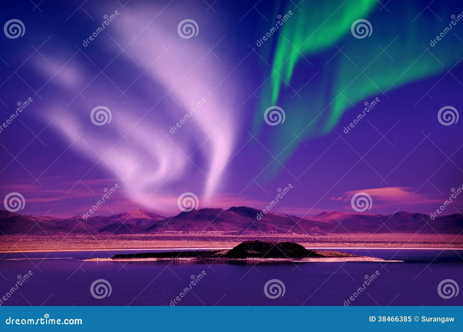 Norrsken för nordliga ljus i natthimlen över härligt sjölandskap