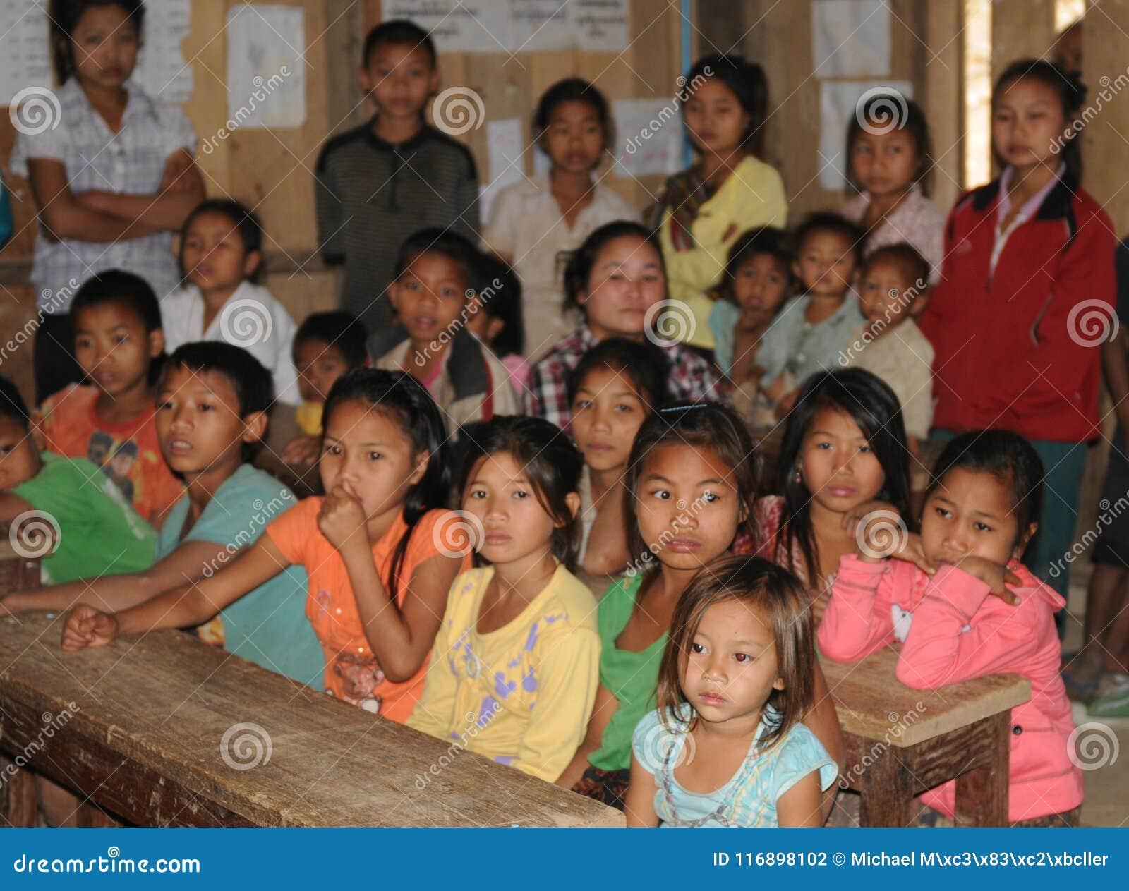 Norte-Laos: Alumnos en la escuela B del pueblo del río Mekong