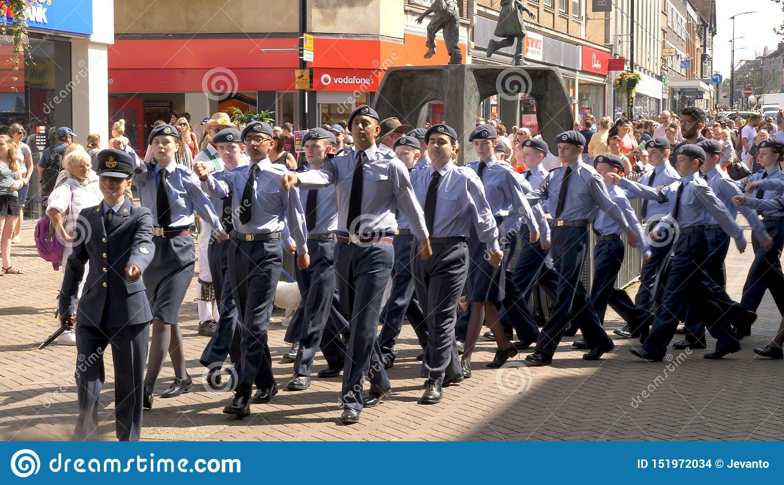 Northampton R-U : Le 29 juin 2019 - cadets de défilé de jour de forces armées marchant sur la rue d Abingron