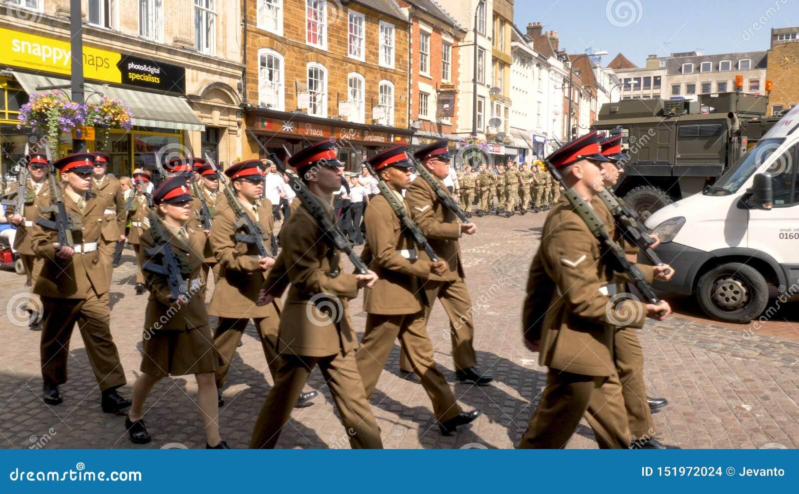 Northampton R-U : Le 29 juin 2019 - troupes de défilé de jour de forces armées marchant sur la place du marché